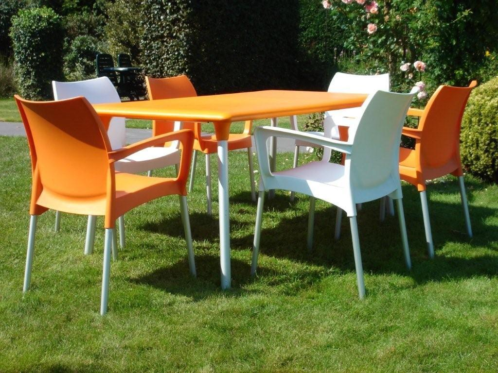 Kunststof meubilair ligbedden stoelen kunststof design for Plastic kuipstoel tuin